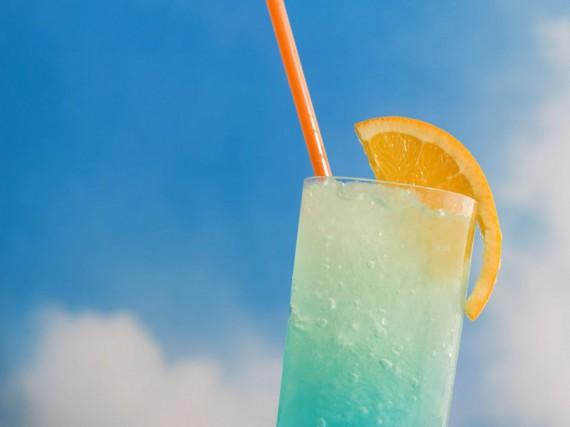 ...прохладного освежающего коктейля в знойную летнюю жару? ;) Рецептов...