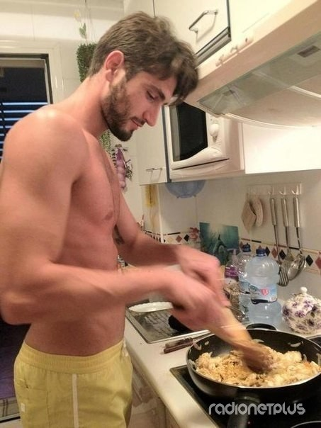 Секси парень на кухне