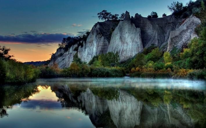 озеро и скалы