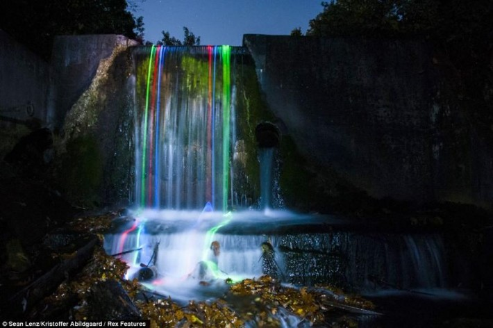 Неоновые водопады (7 фотографий)