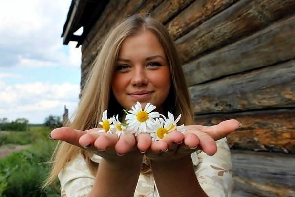 Девушка с ромашками