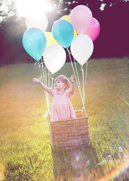 ребенок с воздушными шарами