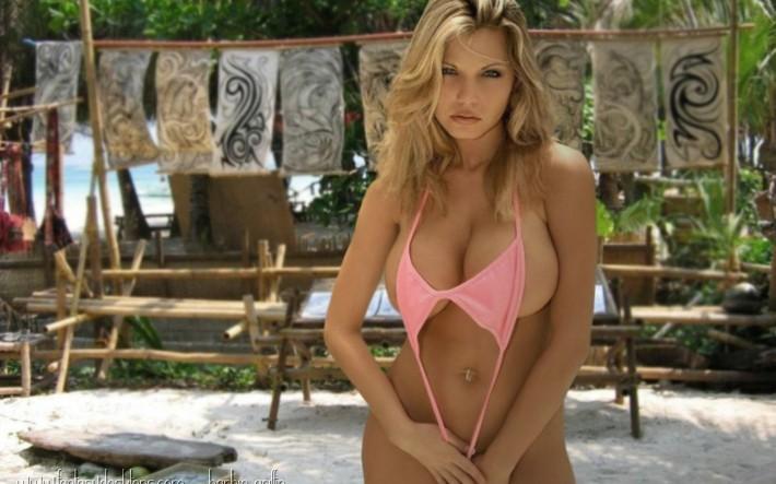 Блондинка в купальнике