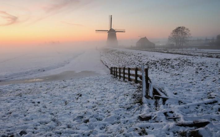 Зимние обои на рабочий стол мельница в зимнем туманном утре