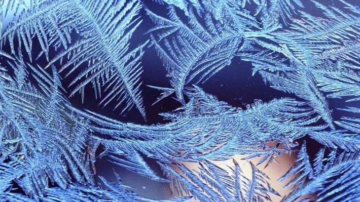 Зимние обои на рабочий стол ледяной узор на стекле